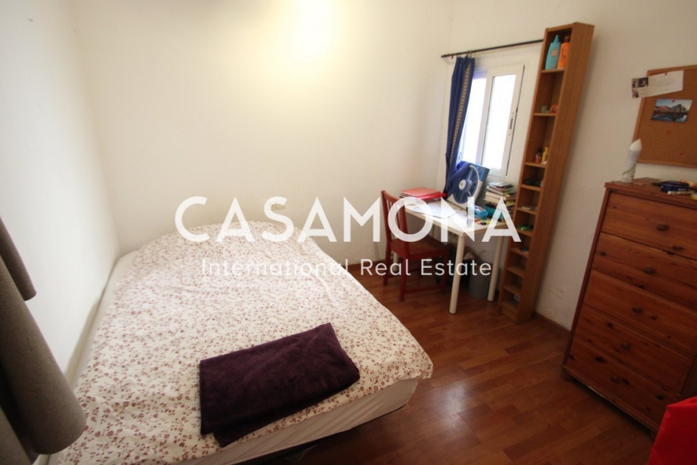 Cosy 4 Bedroom Apartment With a Balcony for Sale in Raval