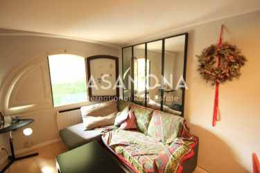 Buy to Let opportunity 2 Apartments 1 with low Ceilings in the Gothic Quarter
