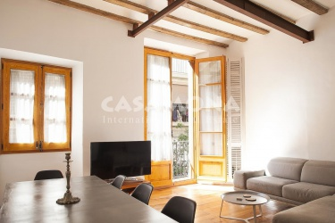 Luminous and Newly Renovated 2 Bedroom Apartment with Balcony in Gotico